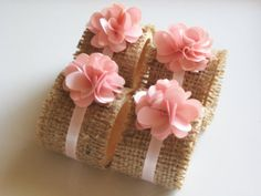Charming napkin rings from burlap with ribbon and felt flowers Burlap Projects, Burlap Crafts, Diy And Crafts, Arts And Crafts, Diy Projects, Pink Fabric, Fabric Flowers, Felt Flowers, Wedding Decorations