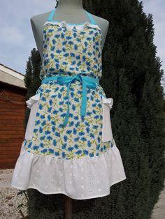 Tablier a bavette 585 tissu fleuri (blanc/bleu)volant en broderie anglaise au bas,aux poches et a la bavette : Cuisine et service de table par au-feminin