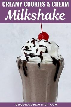 An old fashioned milkshake is a tasty treat, and easy to make at home with this simple milkshake recipe! pops recipe chocolate Creamy Cookies and Cream Milkshake! Oreo Shake, Cookies And Cream Milkshake, Oreo Milkshake, Easy Milkshake Recipe, Easy Chocolate Milkshake Recipe, Homemade Milkshake, Köstliche Desserts, Delicious Desserts, Dessert Recipes