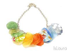 DIY: collana colorata MATERIALI: - bottiglia di plastica - stoffa colorata - colla - catenina