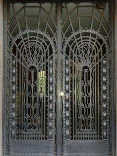 Preciosista labor de forja Art Decó en la puerta del edificio de Modesto…