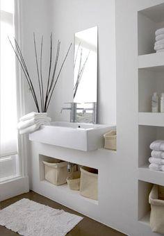 tolles Bad mit weißen Wänden