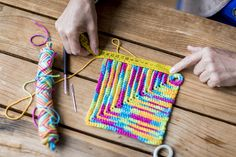 Selbstgemachter Topflappen mit Anleitung zum nachmachen. :) Friendship Bracelets, Scrappy Quilts, Potholders, Wood Carvings, Seed Stitch, Weaving, Homemade, Handarbeit, Tutorials