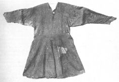 """""""Kragelund tunic bog find dated to is placed in National Museum of Denmark, Kopenhagen"""" (quote) via kostym. Medieval Tunic, Viking Tunic, Viking Garb, Viking Reenactment, Viking Dress, Viking Costume, Norse Clothing, Renaissance Clothing, Clothing And Textile"""