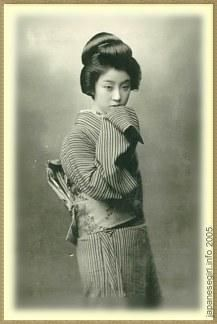 "Geisha (芸者 ""person of the arts"") are traditional Japanese artist-entertainers. Geisha were very common in the and centuries, a. Old Pictures, Old Photos, Vintage Photos, Japanese Photography, Old Photography, Japanese Beauty, Japanese Girl, Japanese Kimono, Flame In The Mist"