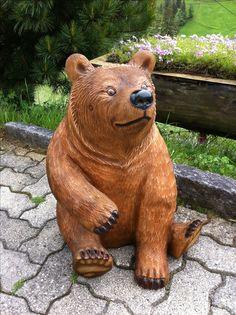Holzskulptur Bär aus der Holzschnitzerei Trummer in Adelboden. Geschnitzt von Melchior Trummer
