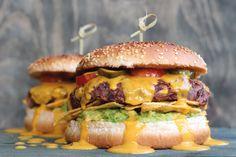 Tex-Mex-Burger mit Mexican-Cheezy-Sauce, Guacamole und Nachos