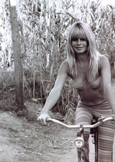Brigitte Bardot | hollywood starlet | natural beauty | bicycle | cycle | www.republicofyou.com.au
