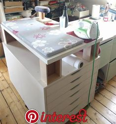 Sewing chaos – visiting SUSAlabim Creating useful and comfortable room design is key to a family event friendly rooms. Sewing Room Design, Sewing Room Storage, Craft Room Design, Sewing Spaces, Sewing Room Organization, Craft Room Storage, My Sewing Room, Sewing Rooms, Quilting Room