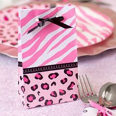 These little pink safari baby shower favor bags look super-cute at each place-setting, or line them up on a side table as a decorative element.