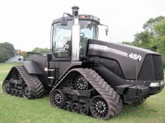 black case ih quad trac - the stealth edition- this is kinda badass Case Ih Tractors, Big Tractors, Farmall Tractors, New Tractor, Crawler Tractor, Antique Tractors, Farm Toys, Engin, Heavy Machinery