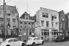 Groningen<br />De stad Groningen: Het Kattendiep met de achterzijde van de Steenstilstraat in 1966