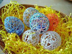 Vattenballonger, garn, socker och vatten. Det är allt som behövs för att göra fina genomskinliga ägg till påsk.