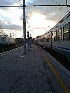 """""""E' una cosa banale da dire, ma guardare i treni che arrivano e poi vanno ti fa riflettere su cosi tante cose della tua vita..."""""""