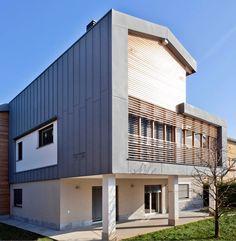 Extension Private hosue in Arcore (Italy) by A&U STUDIO DI ARCHITETTURA E URBANISTICA - ARCH. MOTTA, Technique: VMZ Standing seam-VMZ Joint debout, Aspect: QUARTZ-ZINC®   #VMZINC #Architecture #QuartzZinc #Italy #Italia #Roof #Roofing #IndividualHousing #ContemporaryHouse