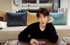 "mimoo 🍑🤏🏻˚◞ on Twitter: ""ตัวแสบ55555555555… "" Baekhyun, Exo Memes Funny, Shimmy Shimmy, Exo Fan Art, Chinese Boy, Exo K, Korean Singer, Boy Groups, Idol"