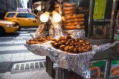 Vendedor ambulante ofrece sus productos alimenticios en las calles de #Manhattan. Placeres que se disfrutan recorriendo la asombrosa ciudad de #NuevaYork. http://www.bestday.com.mx/Nueva-York-City-area/ReservaHoteles/