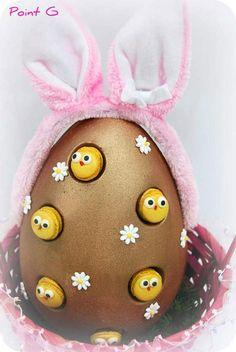 Cute macaron cheeps peek out of a golden chocolate Easter egg! What a fun macaron idea!