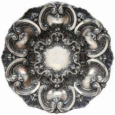 Medalhão de prata portuguesa, contraste Águia e marca do prateiro. Diam 50 cm.