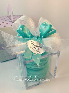 Scatolina in plexiglass con 2 Soap Macarons e Fiocco Confetti   Colori personalizzabili  Dimensioni 6x6x6 cm