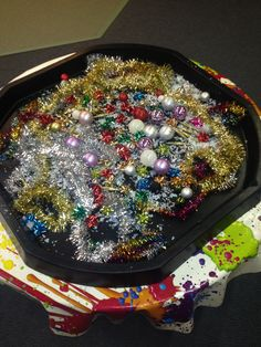 A really sparkly sensory Christmas tuff tray! Preschool Christmas, Toddler Christmas, Winter Christmas, Christmas Toddler Activities, Tuff Spot, Christmas Planning, Christmas Themes, Black Tray, Nursery Activities