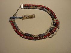 Collar corto combinando hilados de seda, cintas y metales.