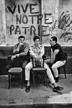 Marc Riboud – L'Algérie 1962 Marc Riboud, Monochrome Photography, Black And White Photography, Street Photography, Robert Frank, Nostalgia, Mafia Gangster, French Photographers, Susan Sontag