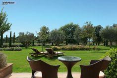 http://www.lemienozze.it/operatori-matrimonio/luoghi_per_il_ricevimento/alla-corte-delle-terme/media/foto/6 Giardino verde con prato all'inglese per un ricevimento di nozze all'aperto.