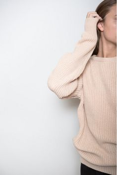 Boyfriend sweater with a rounded neckline. Also available in black.