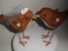 Pássaros confeccionados em tecido estampado  pernas em arame encapado    Noiva - véu de tuli e flor de cetim  Noivo - gravatinha em tecido R$ 70,00