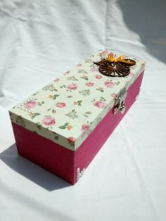 Caixa em MDF decorada com decoupage e aplique de madeira.