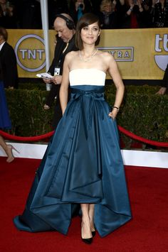 SAG Awards 2013 : Who Wore What: Marion Cotillard wowed in Dior Haute Couture number with an ivory silk top and dark green skirt. She accessorized with black pointed pumps, black nail polish, and a diamond Chopard necklace. Dior Haute Couture, Red Carpet Dresses, Blue Dresses, Celebrity Dresses, Celebrity Style, Robes Christian Dior, Dark Green Skirt, Bad Fashion, Marion Cotillard