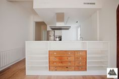 Cocina integrada en el salón separada por una isla. Reforma integral de una vivienda en Valencia, en el barrio de Ruzafa, realizada por la empresa constructora MDF Construcción