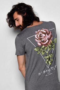 2f32d81c9c VOCÊ QUER FLORES    - Voês sabem que a moda de estampas floridas voltou com  tudo e realmente fica muito estiloso colocar flores nas estampas de  camisetas ...