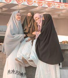 Arab Girls Hijab, Girl Hijab, Niqab Fashion, Muslim Fashion, Muslim Wedding Dresses, Dress Wedding, Beautiful Muslim Women, Moroccan Dress, Islamic Clothing