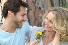homem apaixonado dando flor