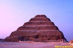 有名なジュゼル王、階段ピラミッド。夕日に染まっていた。     『AROUND THE WORLD by MOTO』より