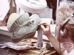Concept Modeling For Easy Clay Sculptures: – Picture : – Description Character Creator Shane Mahan sculpts ultra-fine skin texture onto the hero SWS dilophosaurus sculpture for JURASSIC PARK. Jurassic Park Trilogy, Jurassic Park 1993, Jurassic Park World, Dinosaur Drawing, Dinosaur Art, Dinosaur Toys, Dinosaur Sketch, Easy Clay Sculptures, Sculpture Clay