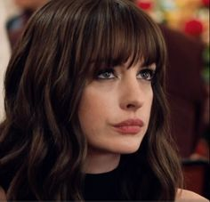 Anne Hathaway in The Hustle Anne Hathaway Haircut, Anne Hathaway Style, Anne Hathaway Makeup, Medium Hair Cuts, Medium Hair Styles, Short Hair Styles, Hair Inspo, Hair Inspiration, Pelo Midi