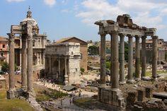 Das Forum Romanum in Rom. Tipp für die Städtereise nach Rom im Sommer: unbedingt luftige Kleidung mitnehmen - gerade wenn man viel Zeit im Forum Romanum verbringt, um sich alles genau anzuschauen, kann man mit den vielen Steigungen schnell ins Schwitzen geraten! Abkühlung gibt's in den Pools unserer 4* Hotels in Italien #Italien #Travelcircus