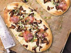 Recept på en underbar kantarellpizza med tryffel och pecorino. Lika god varm som kall!