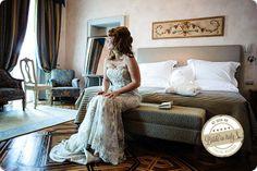 This dress is gorgeous. Does anyone recognizes the brand, please? Ph Emanuele Capoferri http://www.brideinitaly.com/2013/12/capoferri-villa-borghi.html #elegant #italianstyle #wedding