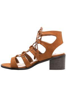 Miss Selfridge FIZZ Sandały rzymianki krótkie na płaskim obcasie brown