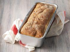 Tämä helppotekoinen leipä on omiaan voileipäkakun valmistukseen tai esim. pikkusuolaisiin kolmioleipiin tai cocktailpaloihin. Savoury Baking, Bread Baking, Milk And Honey, 20 Min, Vanilla Cake, Baked Goods, Banana Bread, Food And Drink, Desserts