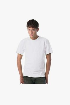 T-shirt unisexo de manga curta em malha jersey. Corte amplo e tubular. Duplo rib com pesponto e 2 agulhas. Pesponto duplo nas mangas e bainha.