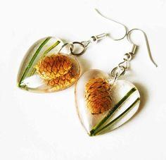 Srdiečkové lesné náušnice zo živice s šiškou a ihličím - handmade resin earrings