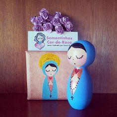 Nossa Senhora, bonequinha de madeira ou tela. Carol Dib | Sementinhas Cor-de-Rosa. contato@caroldib.com #nossasenhora #mariadenazaré #nossasenhorabonequinha #orando #prece