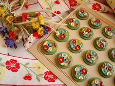 Adorable bouton ancien en rhodoïd peint à la main de pâquerettes multicolores