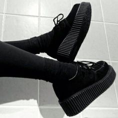Pin by Elly Castenada on style in 2019 Creepers Shoes Outfit, Goth Shoes, Shoe Boots, Shoes Heels, All Black Sneakers, Black Shoes, Diy Mode, Glam Rock, Platform Shoes
