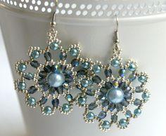 Orecchini con perline argento, perle azzurre e pietre sfaccettate, by Il gatto rosso, 14,00 € su misshobby.com
